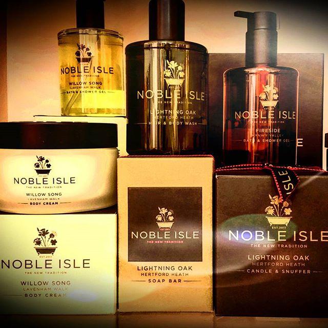 #Noble_Isle #nuovatradizionenelrituale #bagnodoccia #esperienzasensorialeunica #thecoatofbalms #blasone #simbolodiqualita #whiskywater #willowsong #fireside🚿🛁
