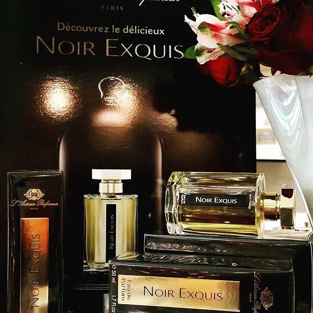 Noir Exquis è l'emozione dai contrasti inaspettati...la nota inebriante di caffè ammorbidita dalle note dello sciroppo d'acero e di marron glace', crea un profumo intrigante, ambrato, caldo e vibrante...al di la' di ogni luogo e di ogni tempo...