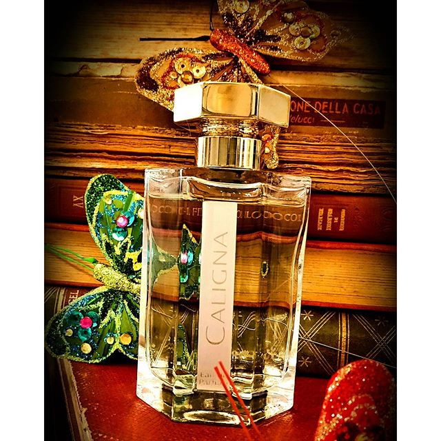 Caligna, con il suo sentore boise' e aromatico celebra l'emblematica salvia sclarea, che magistralmente unita al bocciolo di rosa, al fico, alla nota di marmellata di gelsomino, agli aghi di pino e al calore resinoso del lentisco, ci regala una dolce e meravigliosa scia mediterranea❤