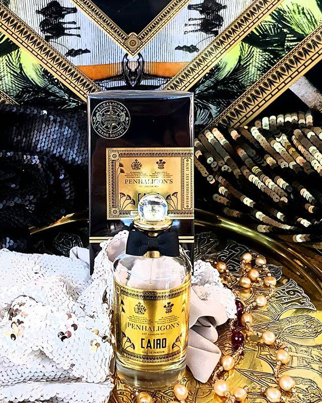 Cairo nasce in un viaggio olfattivo di opulenza, legno e spezie. In un gioco di luce, la Rosa Damascena è immersa in un'opulenza di zafferano, incenso, labdano, vaniglia... È la destinazione di un viaggio mistico, permeato di bellezza e ricco di promesse. Scoprilo da #pourtoietlui a #nuoro #profumeriaartistica